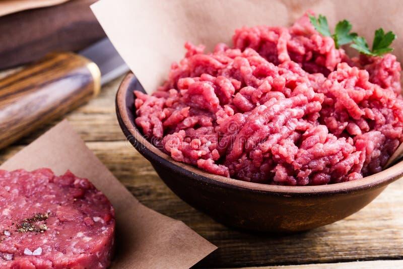 Cotolette crude organiche della bistecca della carne e dell'hamburger della carne tritata immagine stock libera da diritti
