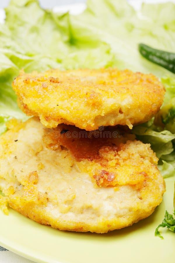 Cotolette ed insalata impanate del pollo immagine stock