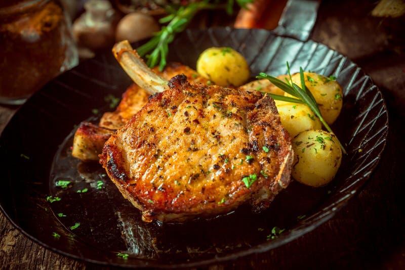 Cotolette marinate e esperte deliziose della carne di maiale immagini stock