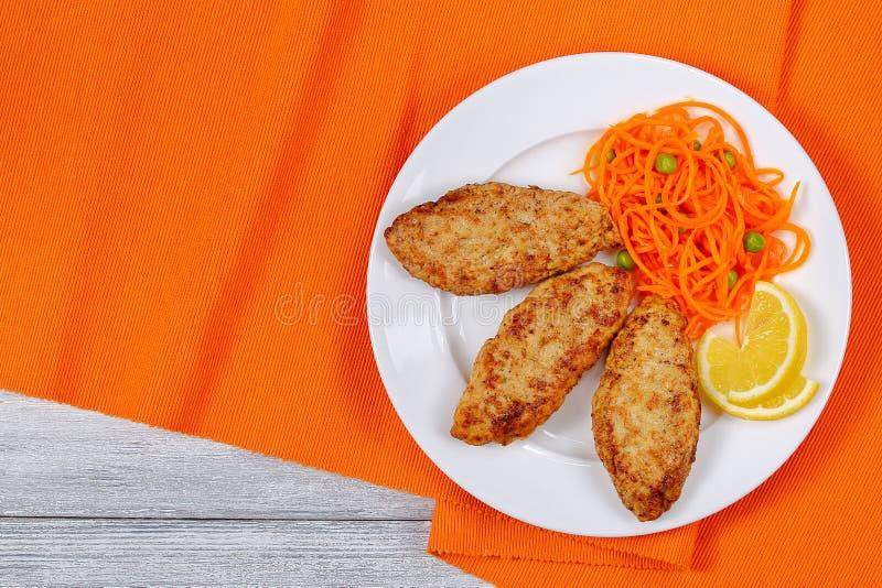 Cotolette succose del tacchino del pollo con insalata fotografie stock libere da diritti