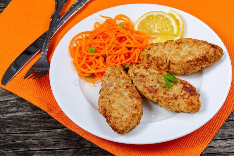 Cotolette succose del tacchino del pollo con insalata fotografia stock