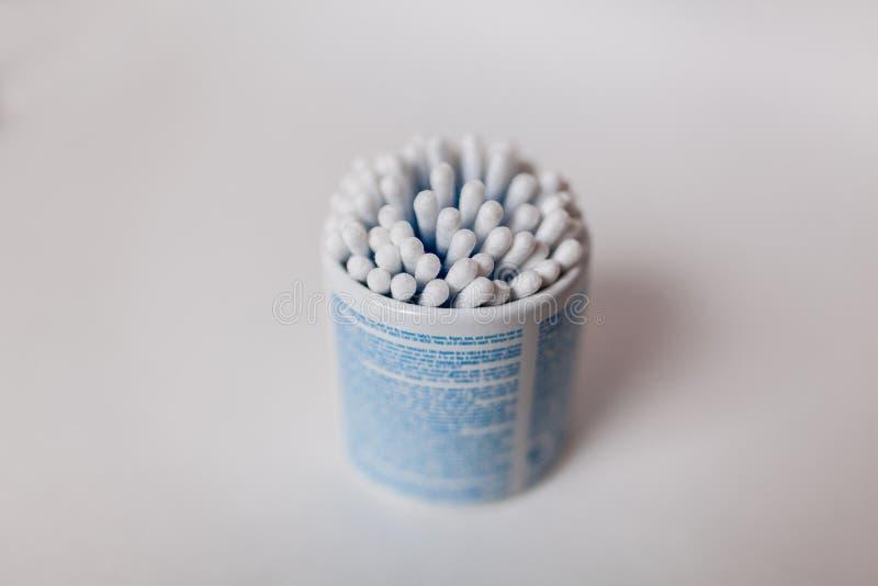 Cotonetes de algodão no fundo branco foto de stock royalty free