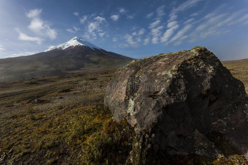 Download Cotopaxi i skała obraz stock. Obraz złożonej z erupcja - 53775369