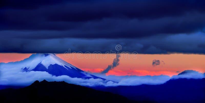 Cotopaxi, o vulcão onipotente que pende sobre a cidade de Quito, Equador foto de stock royalty free