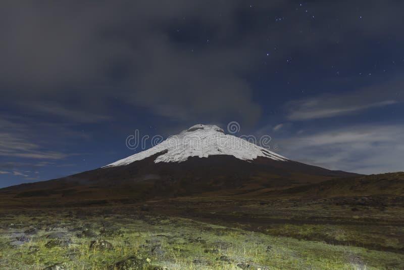 Cotopaxi vulkan på natten arkivfoton