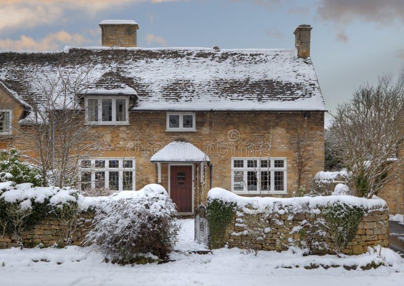Cotswold chałupa w śniegu zdjęcie royalty free