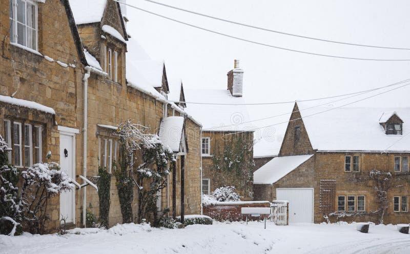 Cotswold-Häuschen im Schnee, Gloucestershire, England lizenzfreie stockfotografie