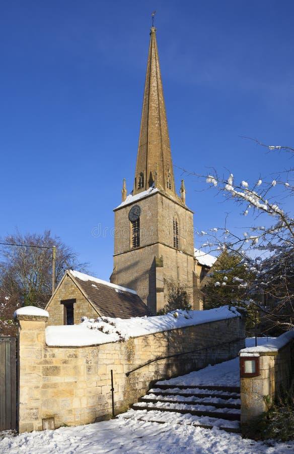 Cotswold kyrka i snö, Gloucestershire, England royaltyfri foto