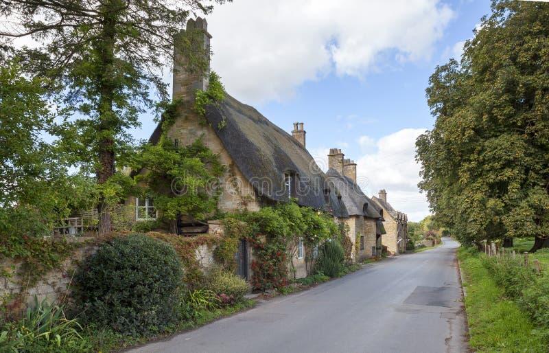 Cotswold met stro bedekte plattelandshuisjes, Engeland royalty-vrije stock fotografie