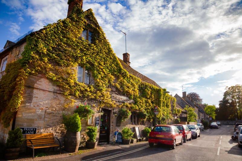 Cotswolden beväpnar gästgivargården Burford Oxfordshire England UK royaltyfria foton