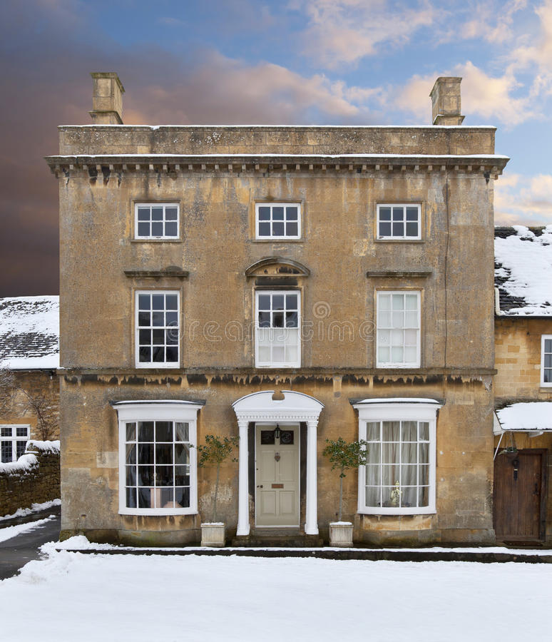 Cotswoldhuis in sneeuw stock foto