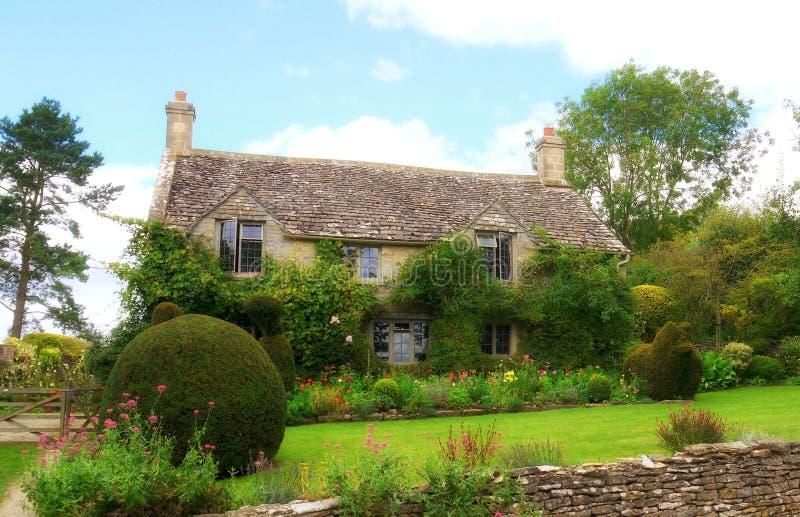 Cotswolds的一个典型的英国国家庭院 库存图片