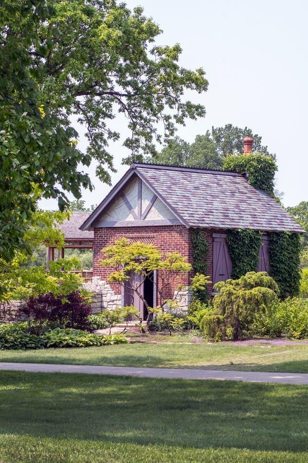Cottage étrange dans un jardin photo libre de droits
