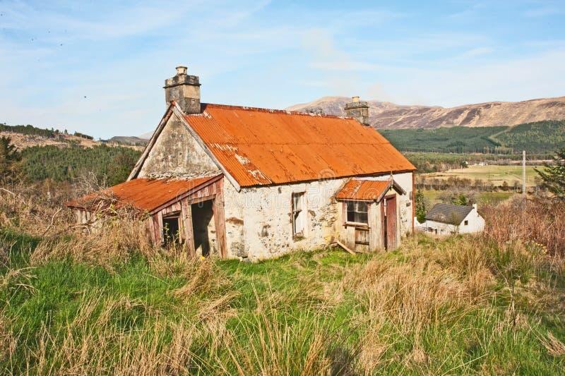 Cottage abbandonato con il tetto del ferro immagini stock libere da diritti