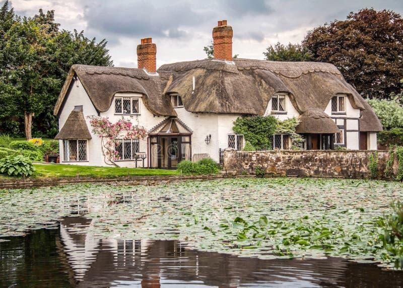 Cottage anglais avec l'étang dans le blaireau, Shropshire photo libre de droits