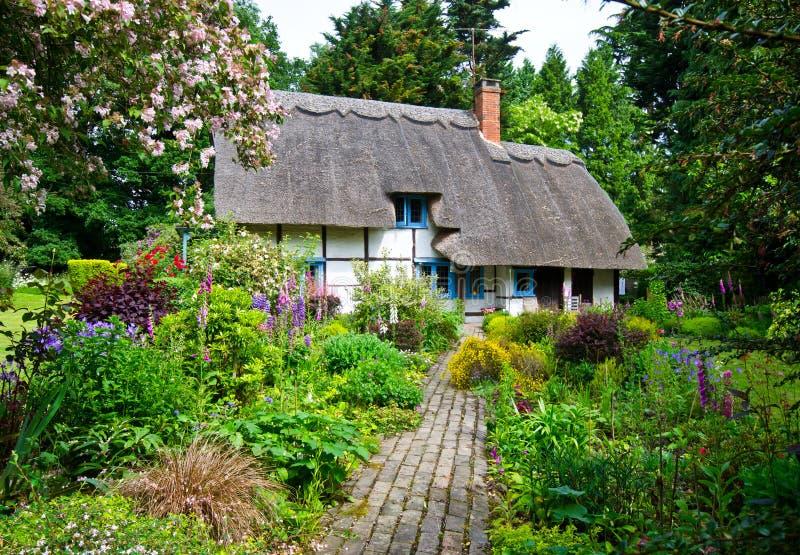 Cottage anglais de village image stock