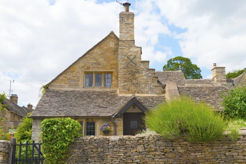 Cottage anglais en pierre dans le village de Cotswolds photographie stock libre de droits