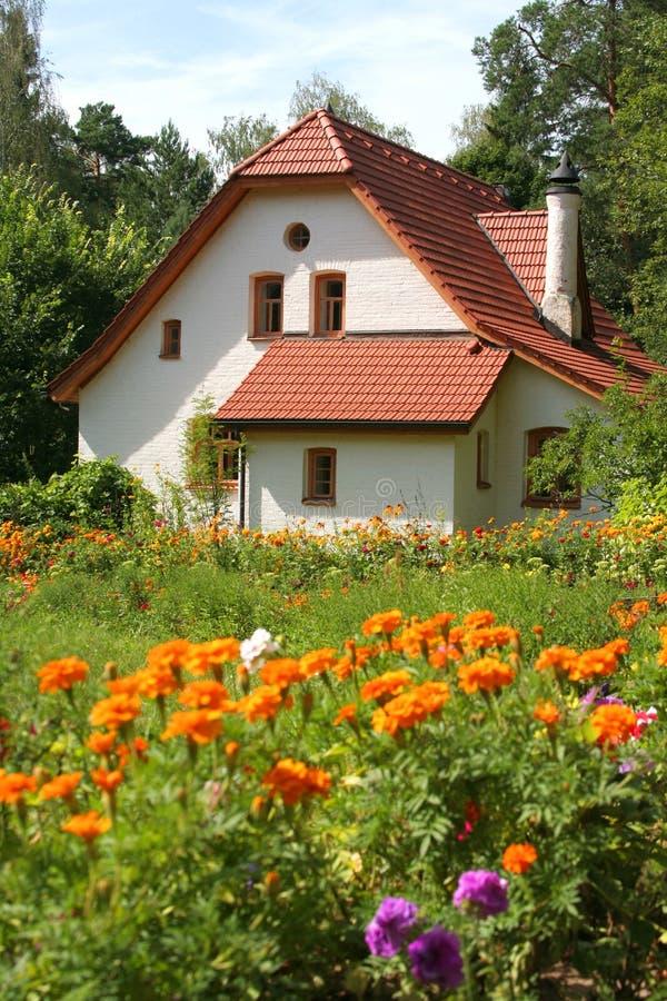 Cottage avec des fleurs photographie stock libre de droits