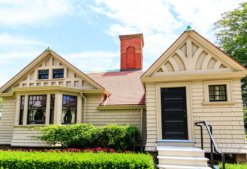 Cottage avec la cheminée de brique photos stock