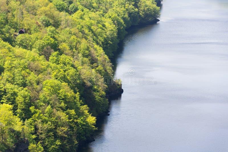 Cottage bello isolato, chalet nascosto in legno verde strabiliante sopra le banche del fiume, superficie calma dell'acqua, paesag fotografie stock libere da diritti