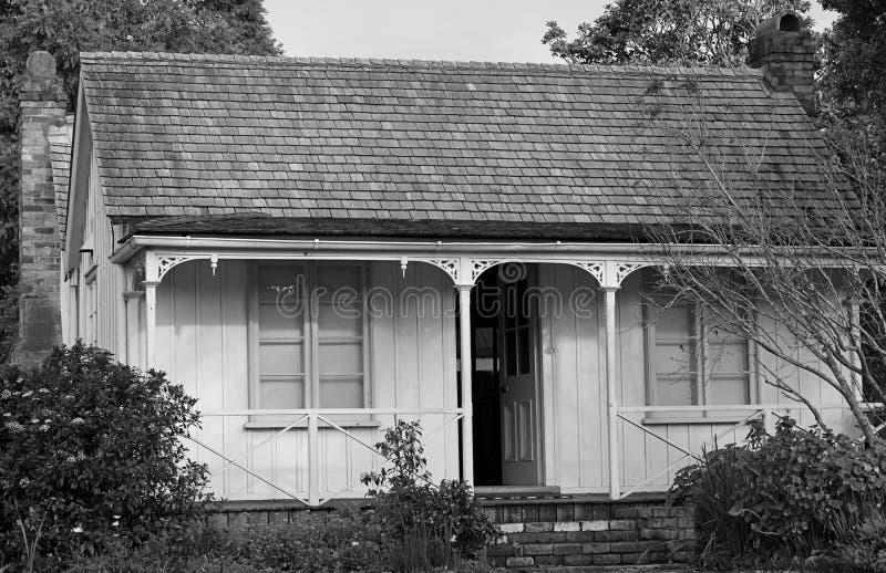 Cottage in in bianco e nero fotografia stock