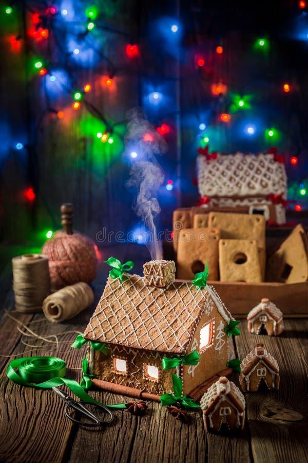 Cottage casalingo del pan di zenzero di Natale nel posto unico fotografia stock libera da diritti