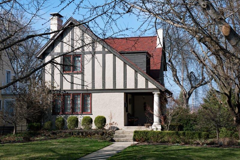 Cottage con il tetto inclinato fotografia stock