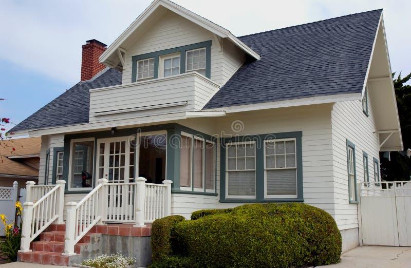 Cottage con le scale del mattone immagini stock libere da diritti