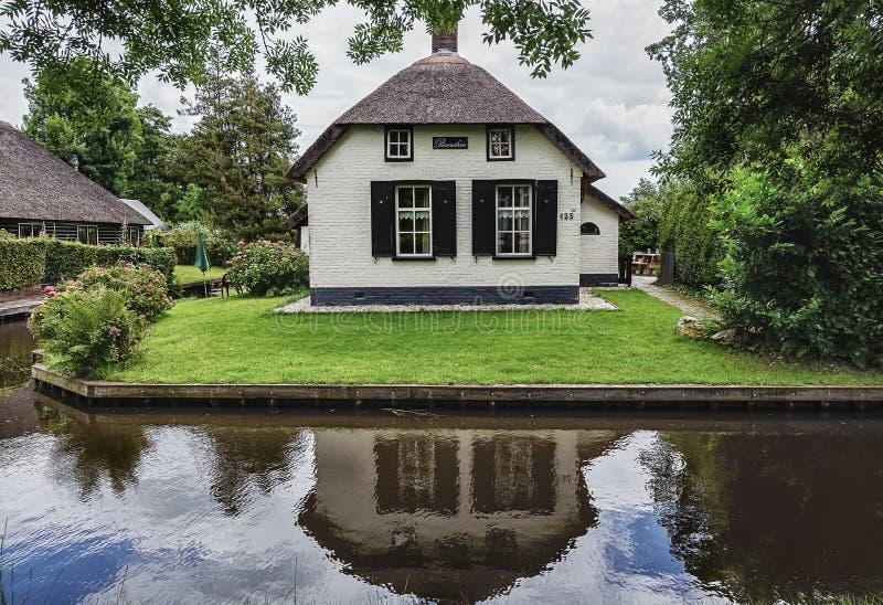 Cottage couvert de chaume typique avec le beau jardin le long d'un fossé dans Giethoorn, connu sous le nom de Néerlandais Venise photos libres de droits