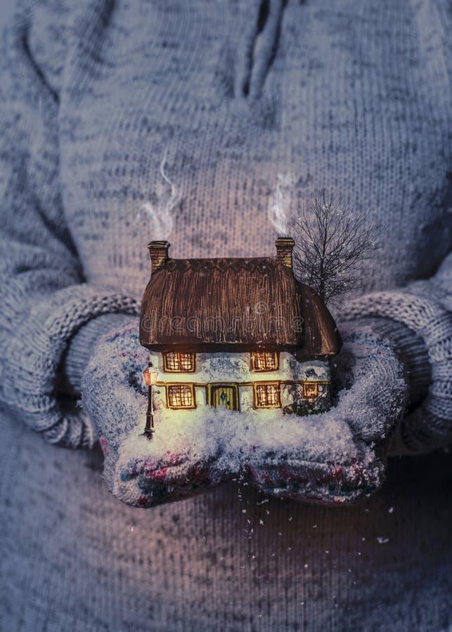 Cottage d'hiver la nuit photos stock