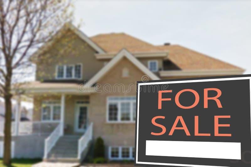 Cottage da vendere ed il segno immagine stock