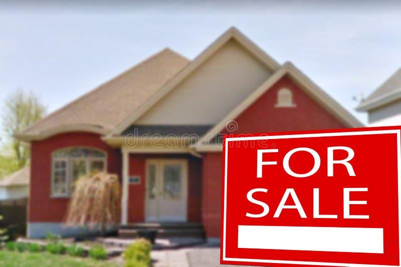 Cottage da vendere ed il segno fotografie stock