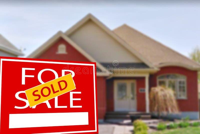 Cottage da vendere ed il segno immagini stock