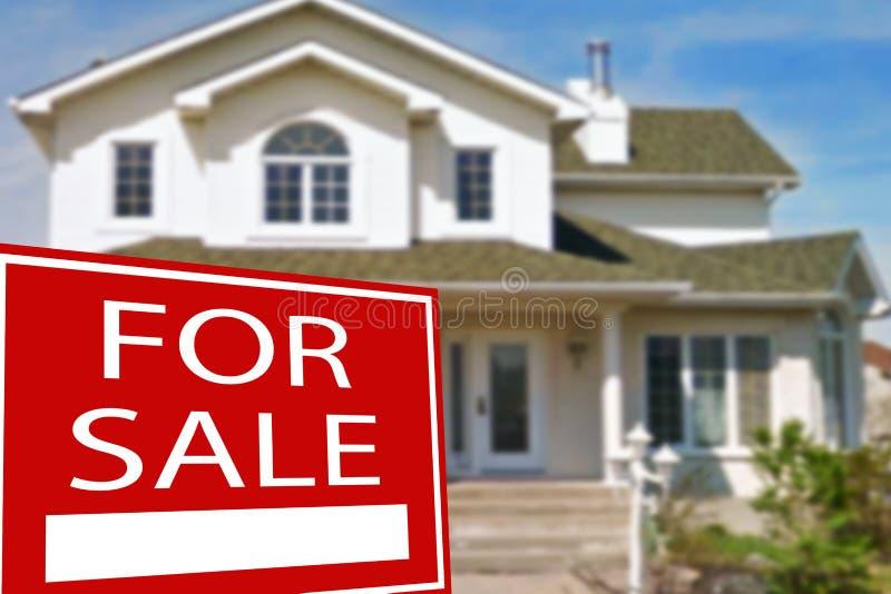 Cottage da vendere ed il segno fotografia stock