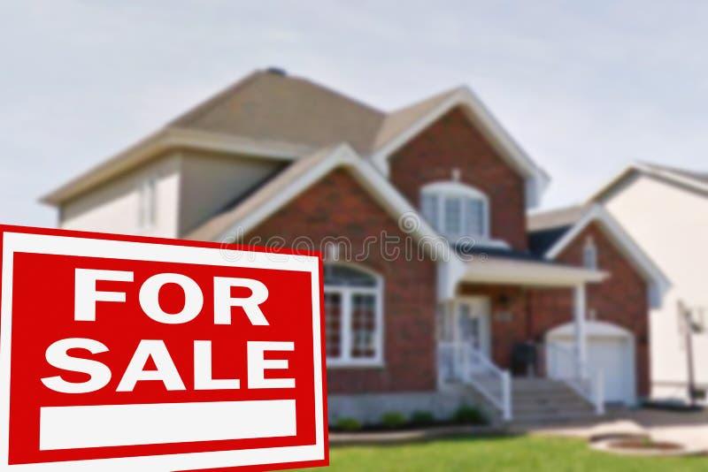 Cottage da vendere ed il segno fotografia stock libera da diritti