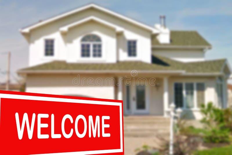 Cottage da vendere ed il segno positivo fotografia stock libera da diritti