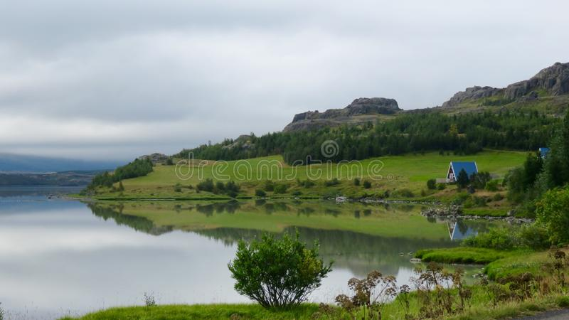 Cottage dal lago fotografie stock libere da diritti