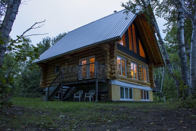 Cottage dans les bois photos stock