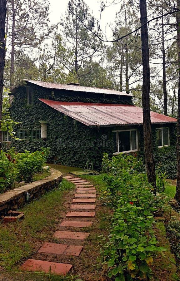 Cottage dans les collines images stock