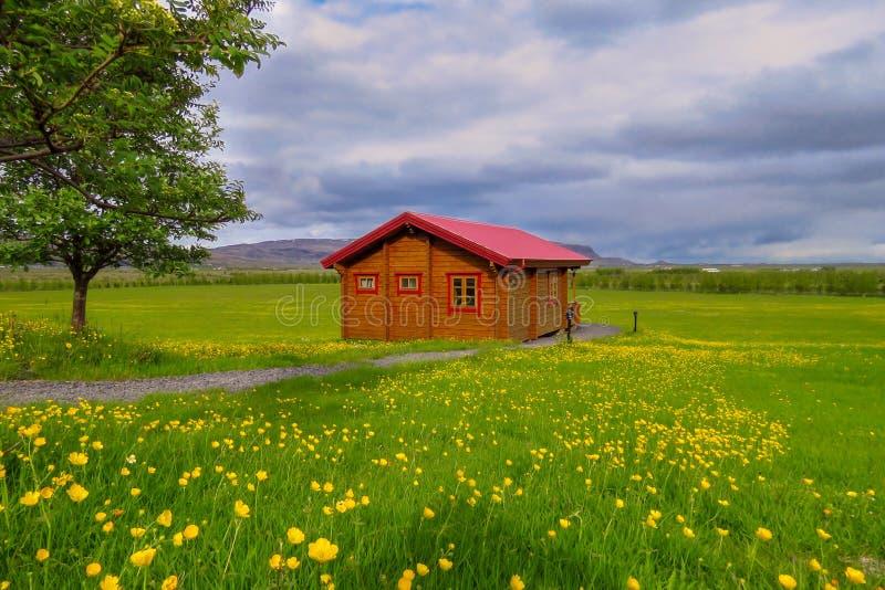 Cottage dans une belle tache parmi la nature islandaise, Grindavik, Islande photo stock