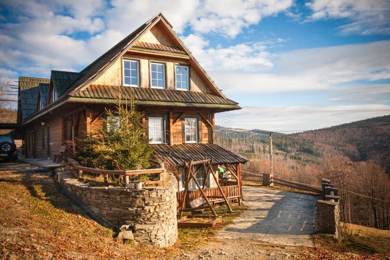 Cottage de montagne en automne photo libre de droits