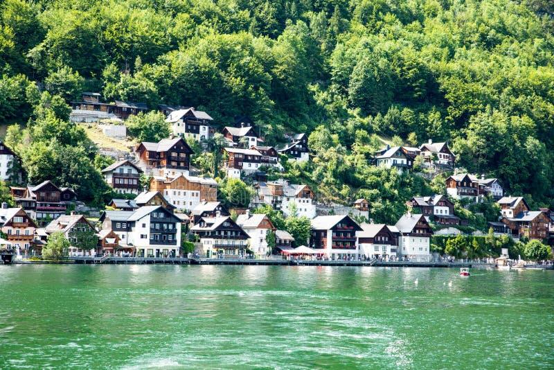 Cottage de village de Hallstadt Autriche de paysage de lac photographie stock libre de droits