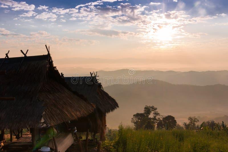 Cottage della collina del sole di mattina fotografia stock libera da diritti