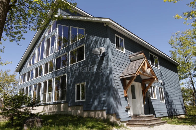 Cottage di estate immagini stock