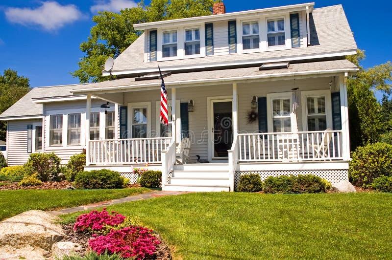 Cottage di estate con il portico fotografia stock