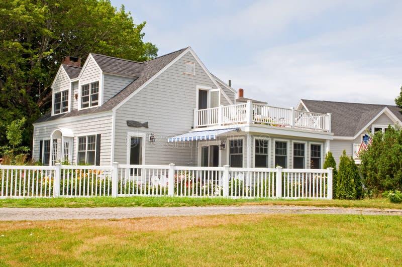Cottage di estate con la rete fissa fotografia stock
