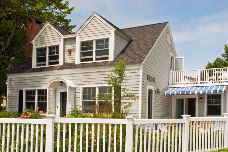 Cottage di estate con la rete fissa fotografia stock libera da diritti