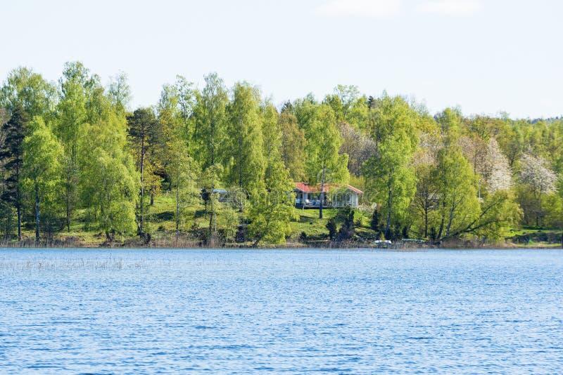 Cottage di estate sulla collina dalla spiaggia fotografia stock