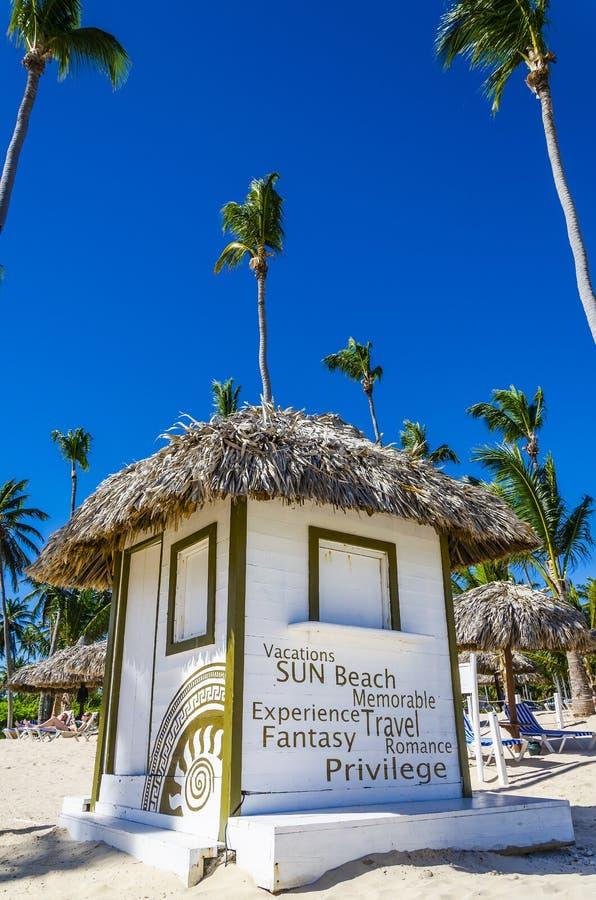 Cottage di feste con un tetto ricoperto di paglia sulla spiaggia immagini stock libere da diritti