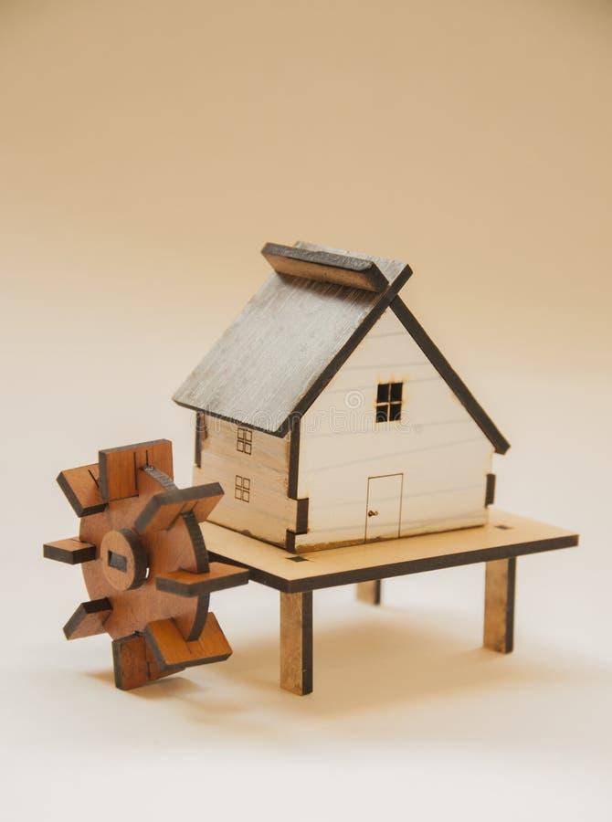 Cottage di legno con acqua del mulino fotografie stock libere da diritti